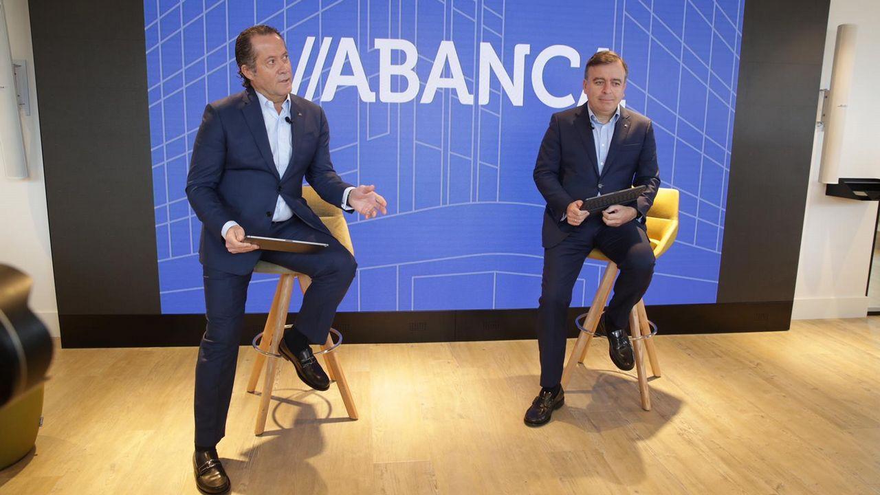 Escotet pide al futuro presidente del Deportivo prudencia financiera.El presidente, Juan Carlos Escotet (en el centro), con Francisco Botas y Pedro Pimenta en el acto de este miércoles.