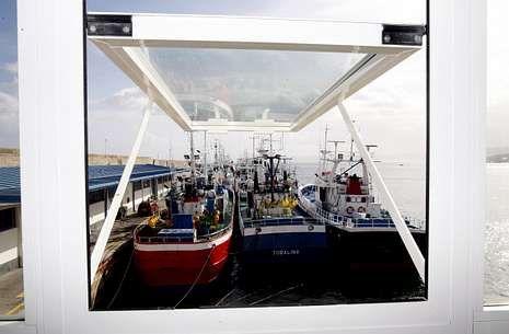 <span lang= es-es >Pendientes de la UE</span>. Pasan de veinte los merluceros mariñanos amarrados en Burela -en la foto- y Celeiro por falta de cuota. Confían en que la UE apruebe mañana el incremento, sin más dilación.