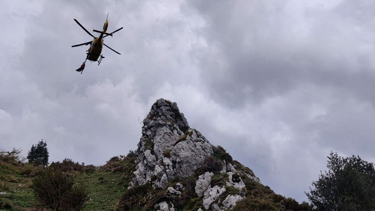 Rescate de una excursionista en Sobrescobio en helicóptero medicalizado