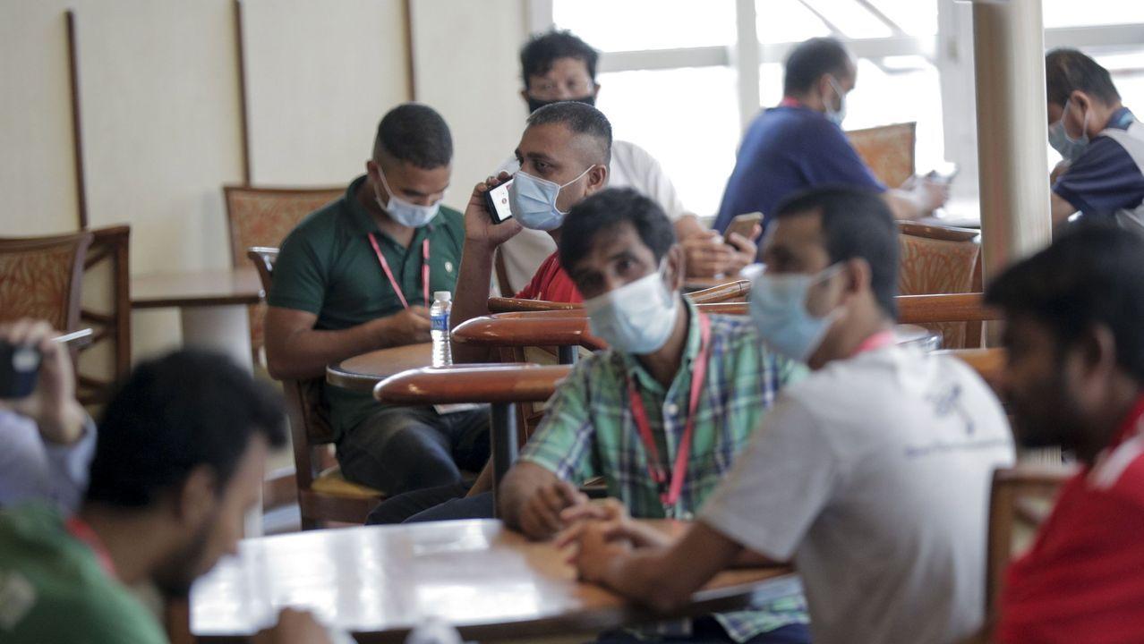 Emigrantes en Singapur, ayer, confinados en un crucero en el puerto de la ciudad, todos ellos recuperados de los contagios