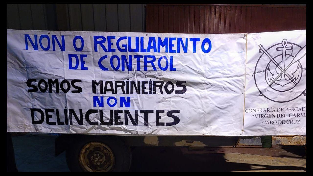 Pancarta en la cofradía de Cabo de Cruz contra el reglamento de control pesquero