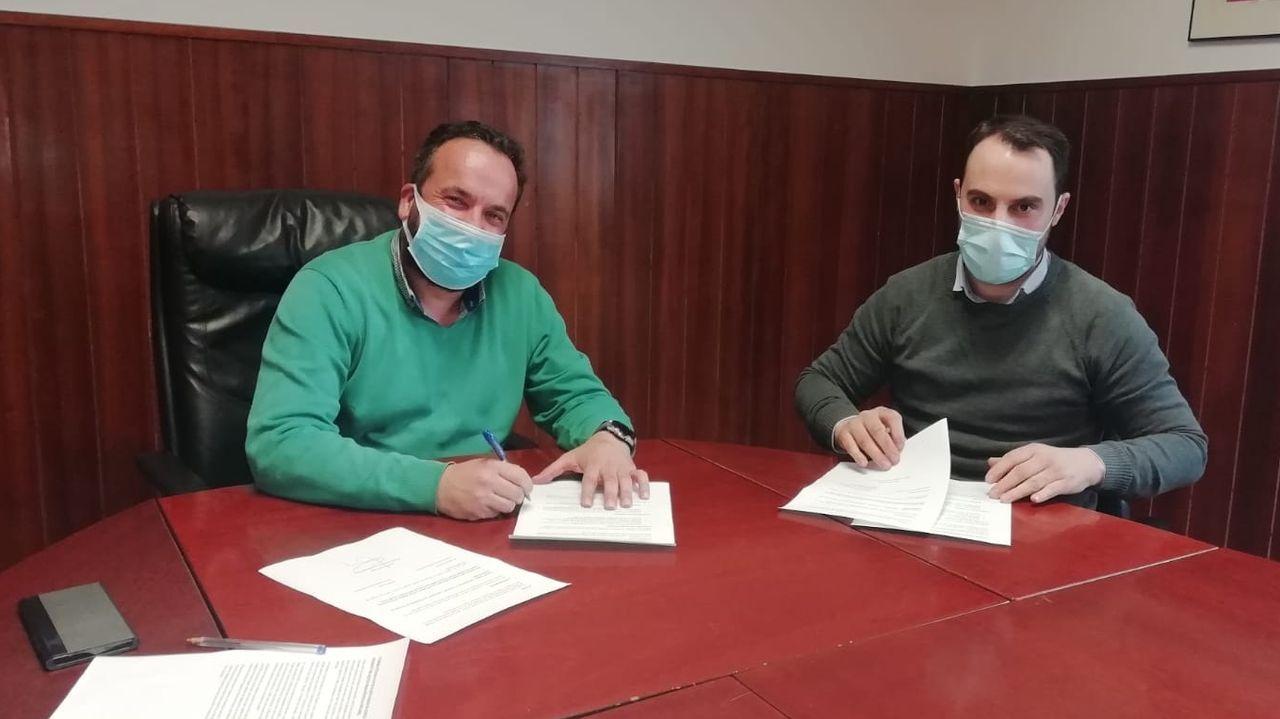 Firma del acuerdo para el presupuesto 2021, entre César Poza y Alberto Acuña (PP)