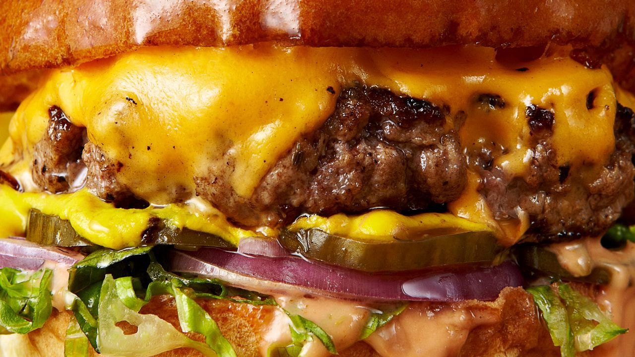 Detalle de una hamburguesa, plato típico de la dieta hipercalórica y la comida rápida