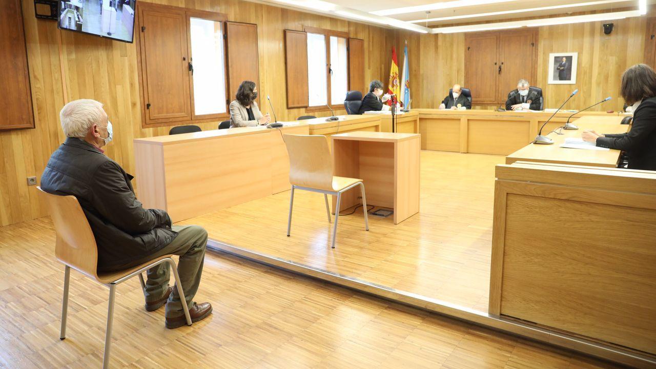 El joven condenado por agredir sexualmente a una menor en la Praza Maior de Lugo entra en los juzgados.La Policía Local de Lugo, en un control de accesos a O Ceao en enero de este año