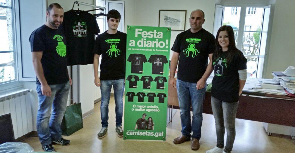 Algunos de los impulsores de la iniciativa con el alcalde y Pilar Ferreiro ayer en la presentación