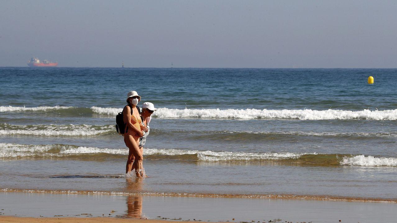 Dos mujeres pasean con mascarilla en San Lorenzo