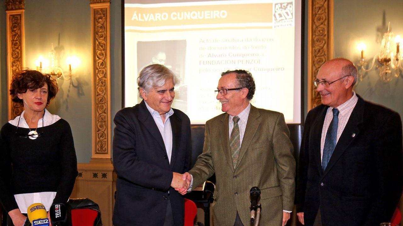 Xosé Luís Franco Grande, na súa casa de Vigo, repasando as fichas do seu pioneiro dicionario galego-castelán