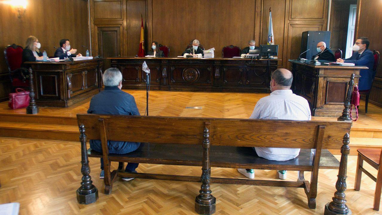 Lito, a la derecha en el banco, en la Audiencia de Pontevedra este jueves