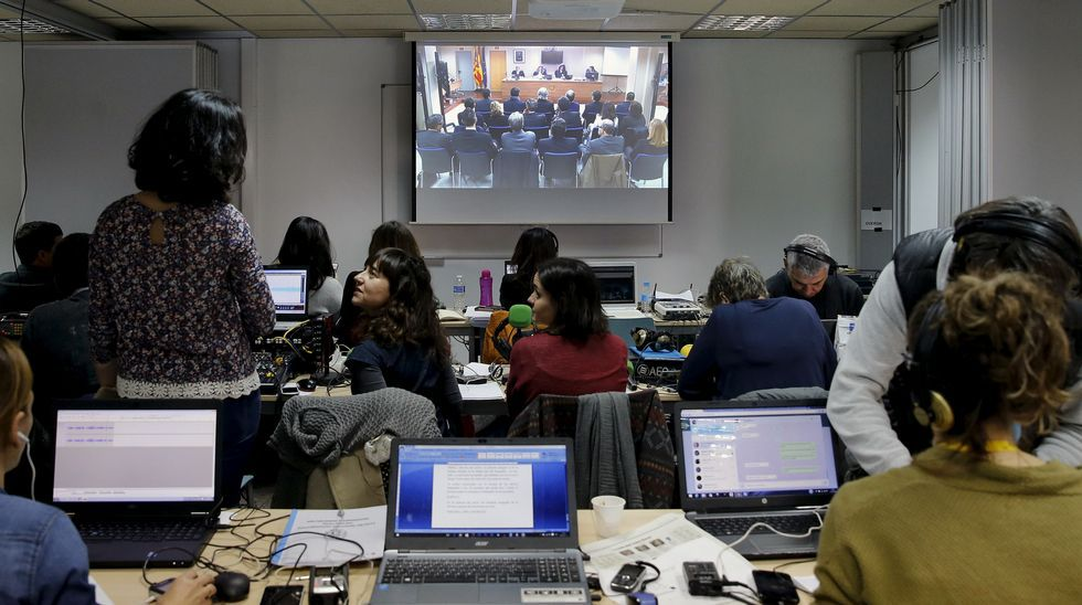 Los periodistas que cubren el juicio por el caso Nóos, en una sala adjunta siguiendo lo que sucede.