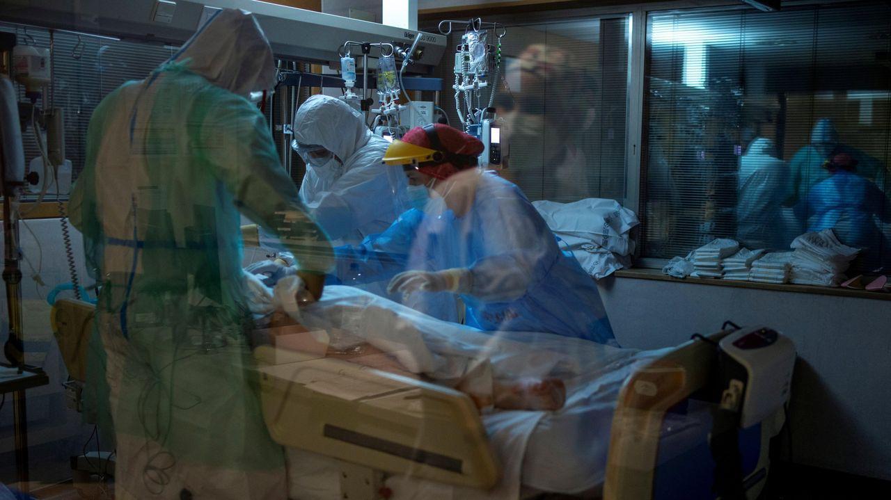 Sanitarios atienden a un paciente con coronavirus en la UCI del Complejo Universitario de Ourense, este miércoles. Agotados pero al pie del cañón un día tras otro. Así están en críticos. No en vano, es la mejor definición del estado de ánimo de los profesionales sanitarios que lidian con los contagios de la covid-19, tanto desde Cuidados Intensivos (UCI) como en REA, la unidad de reanimación.
