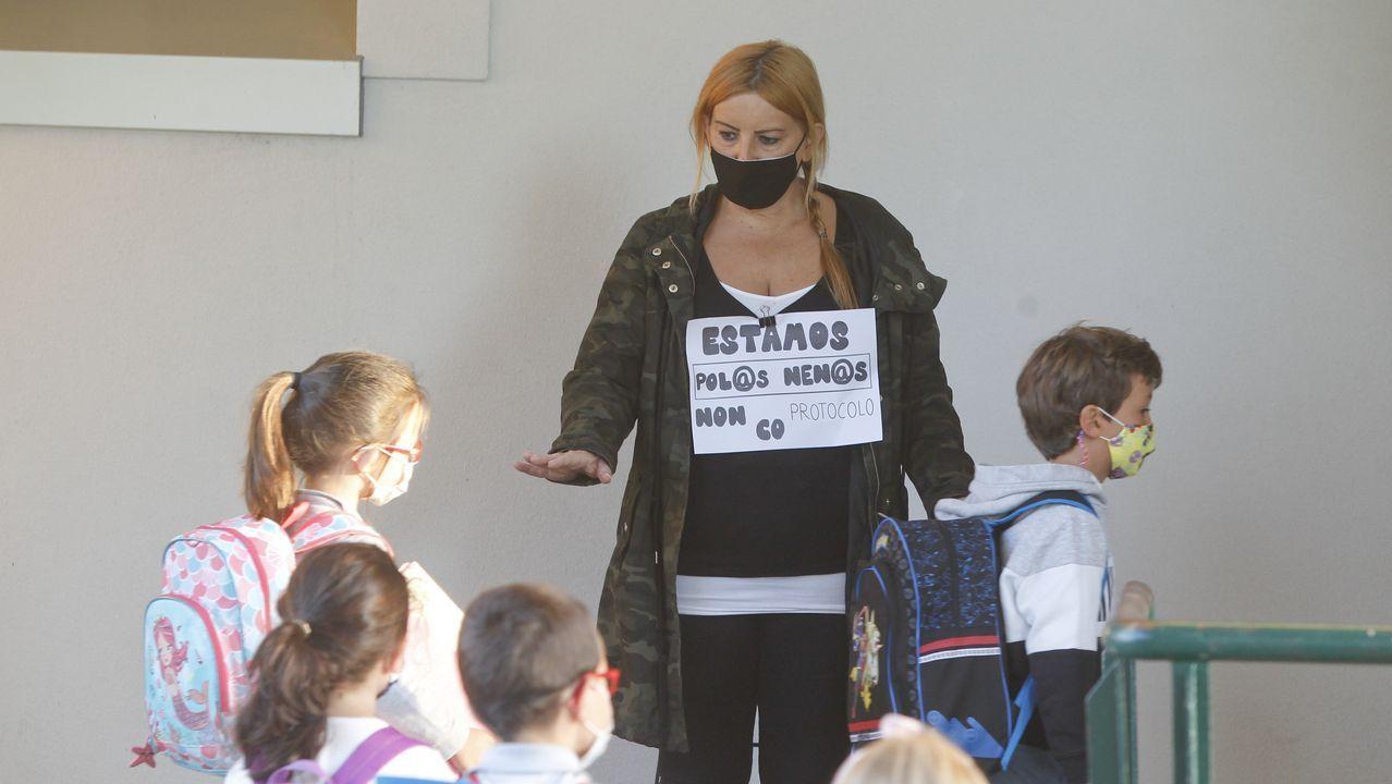 El profesorado del Cruceiro de Canido recibió a los alumnos con carteles reivindicativos en sus camisetas