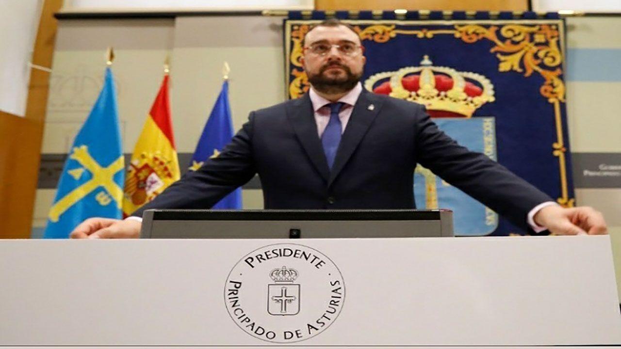 El preside del Principado, Adrián Barbón, en el CRA de Villayón
