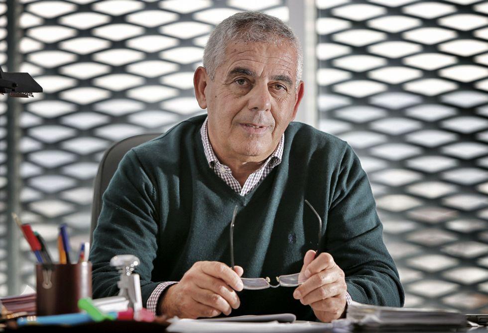 El fiscal Julián Pardinas, en su despacho del edificio judicial de Ourense.