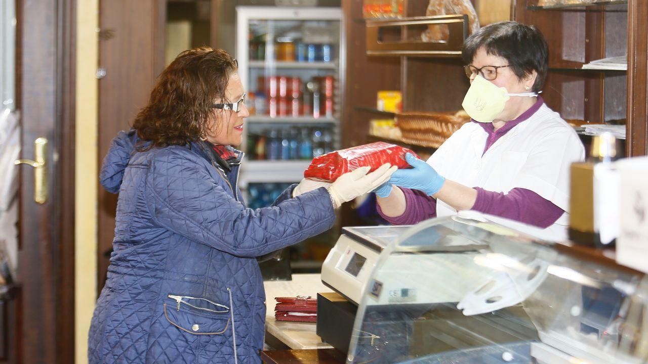 Comprando pasteles por el dia del padre en Viveiro
