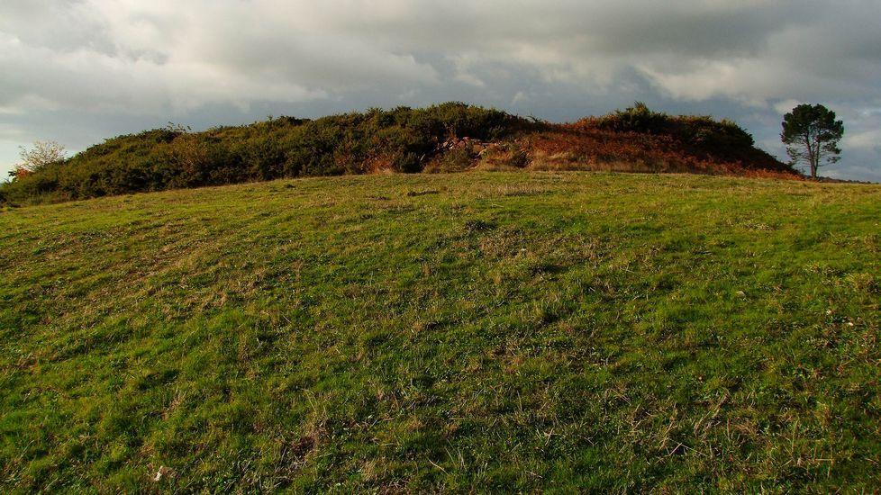 La silueta del recinto central del castro de Góo destaca claramente en el paisaje