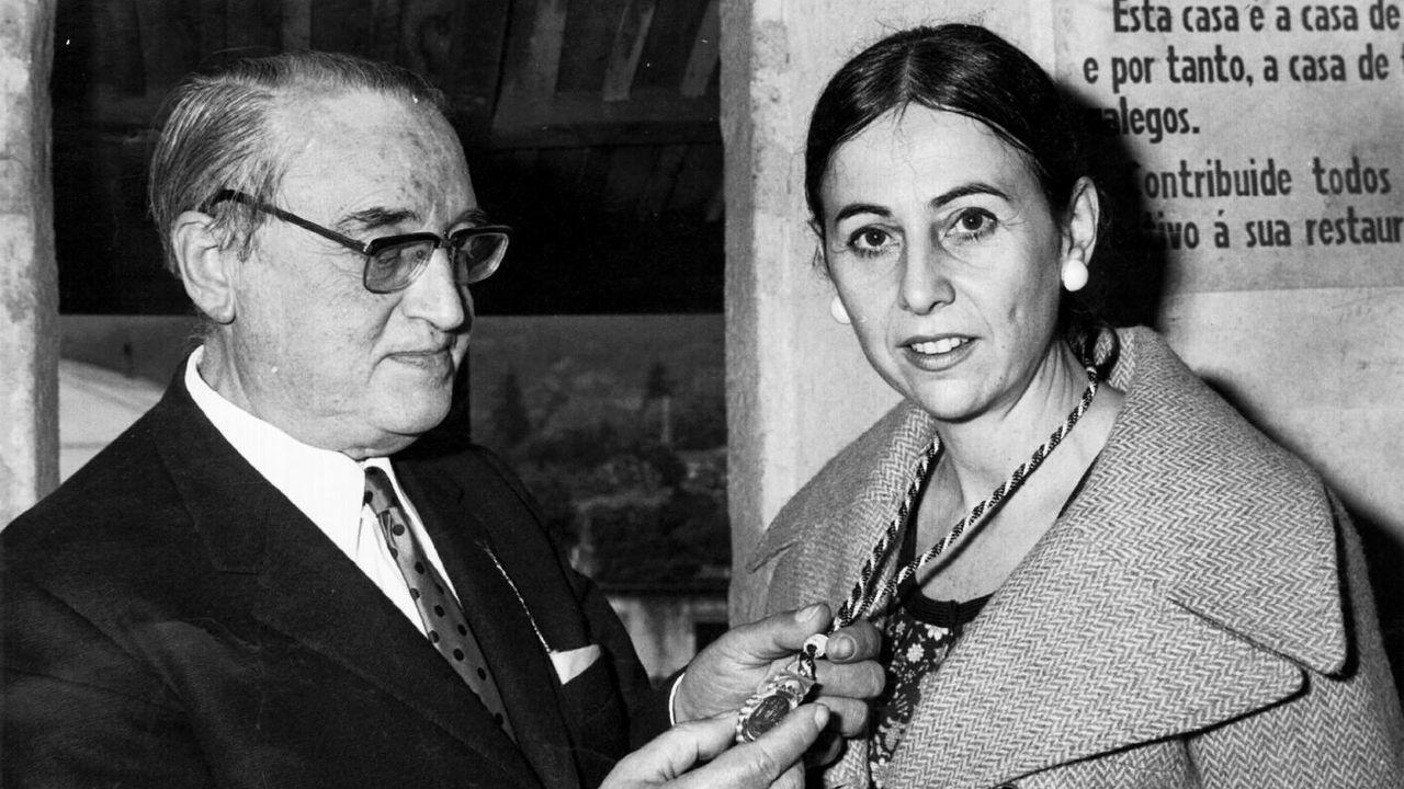 El presidente del patronato de Rosalía de Castro, Octavio San Martín, hace entrega del Pedrón de Oro a María Victoria Fernández España y Fernández-Latorre