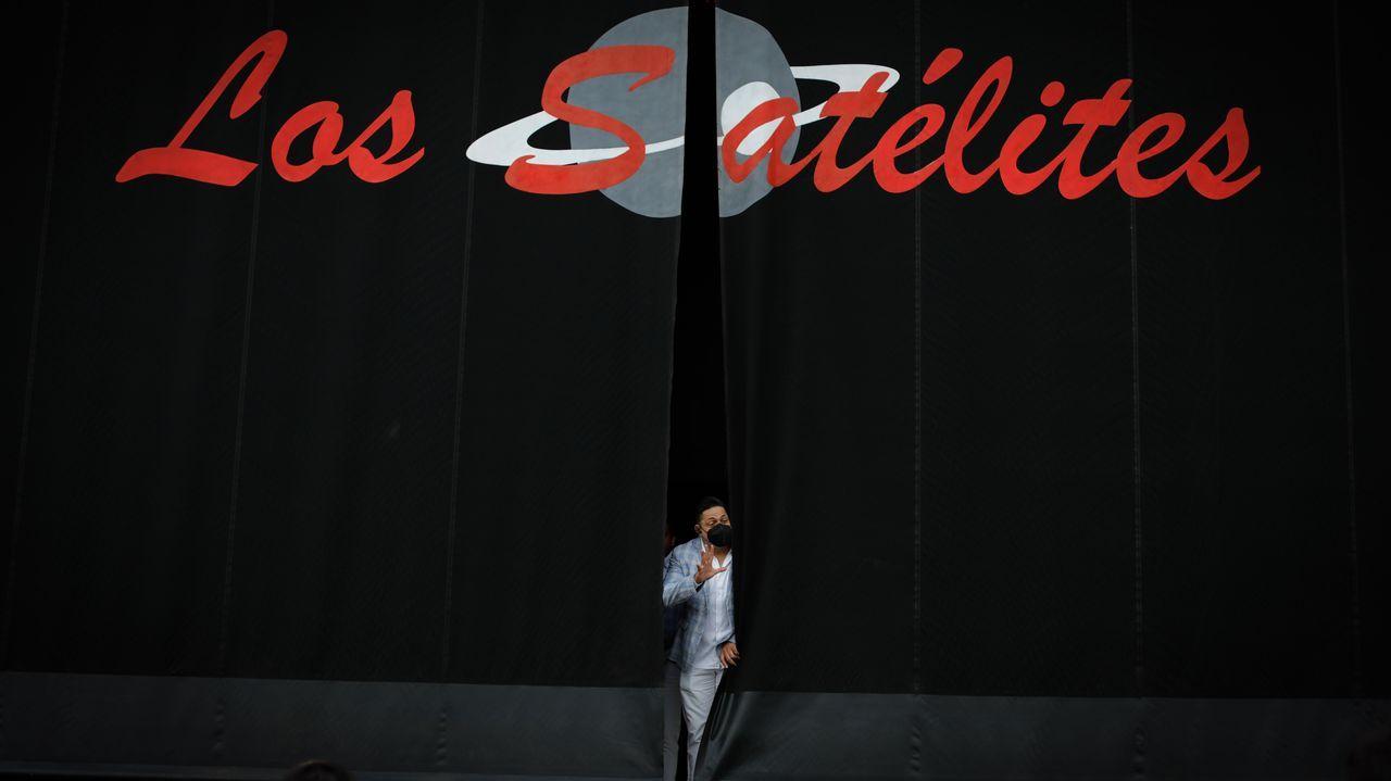 Los Satélites ponen a prueba la verbena en Arteixo.El palco de la música está en el paseo de fachada marítima, en pleno centro, al lado de la travesía