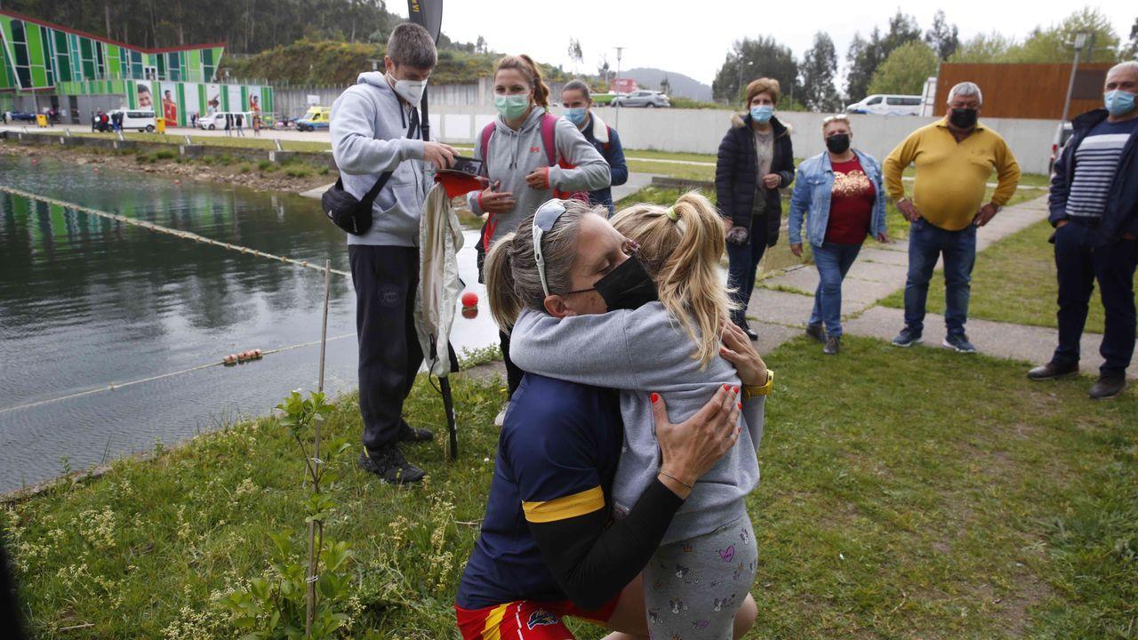 Teresa Portela abraza a su hija Naira, que acudió a ver como su madre se clasificaba para Tokio