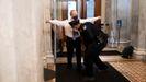 David Schoen, abogado de Trump, es cacheado al entrar en el Capitolio