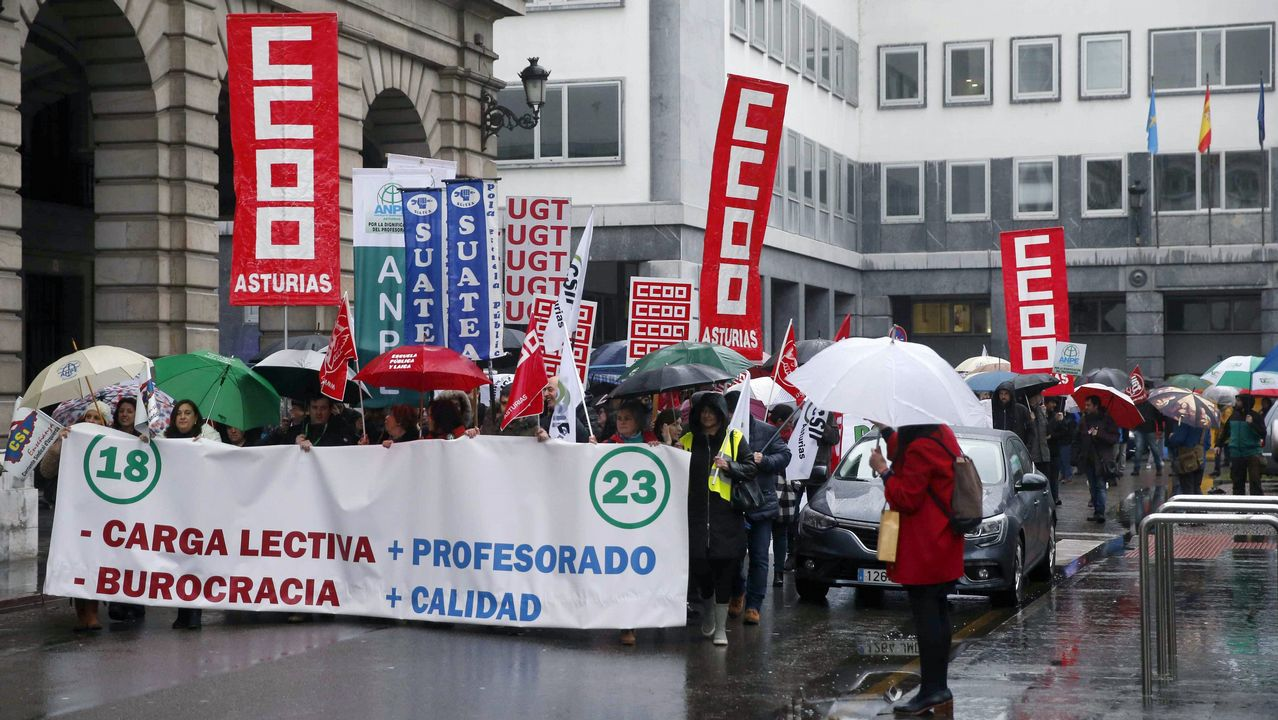 Cientos de profesores han protagonizado hoy una nueva protesta en la Plaza de España de Oviedo, junto a la sede de la Consejería de Educación, para reclamar la vuelta a la jornada de 18 horas lectivas en Secundaria y de 23 en Primaria que estaba vigente hasta 2012, cuando se aprobó el decreto de racionalización del gasto público