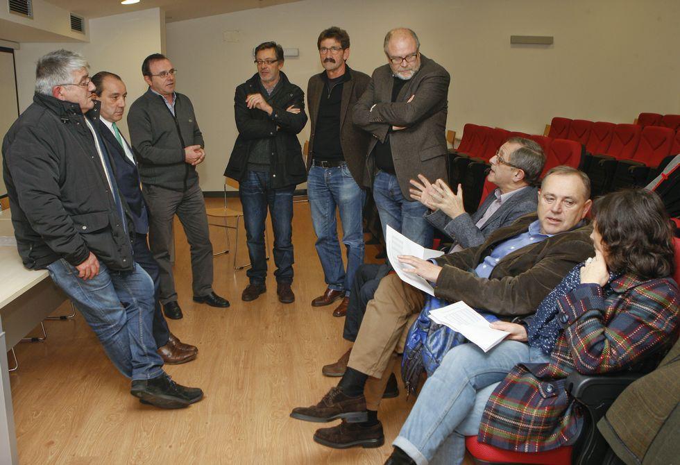 Los ocho alcaldes asistentes a la reunión y la edila coristanquesa Clarisa Couto, ayer, en Vimianzo.