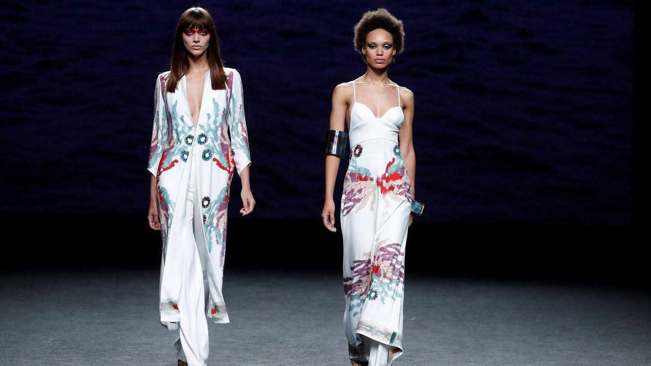 Dos modelos lucen una creación de Marcos Luengo para la primavera/verano 2019, durante la última jornada de la 68 edición de la pasarela Mercedes-Benz Fashion Week