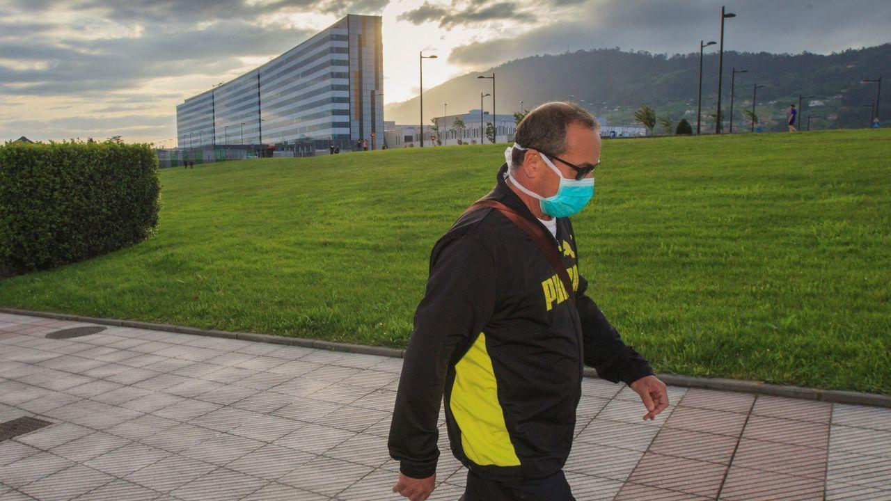 Huca, Oviedo .Un hombre pasea en las inmediaciones del Hospital Universitario Central de Asturias