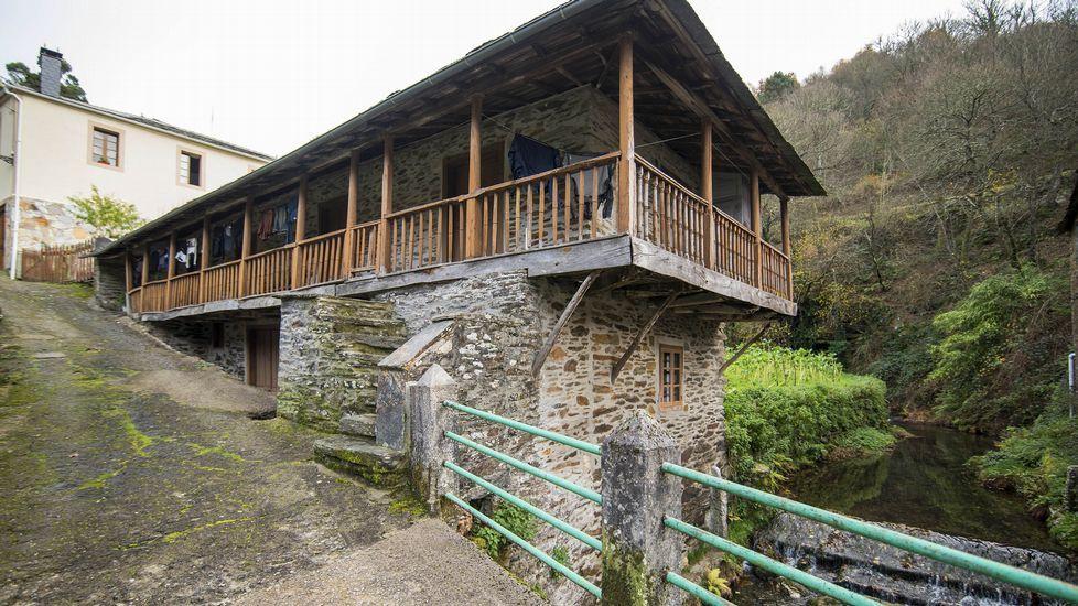 La localidad se caracteriza por su arquitectura tradicional, de gran valor etnográfico