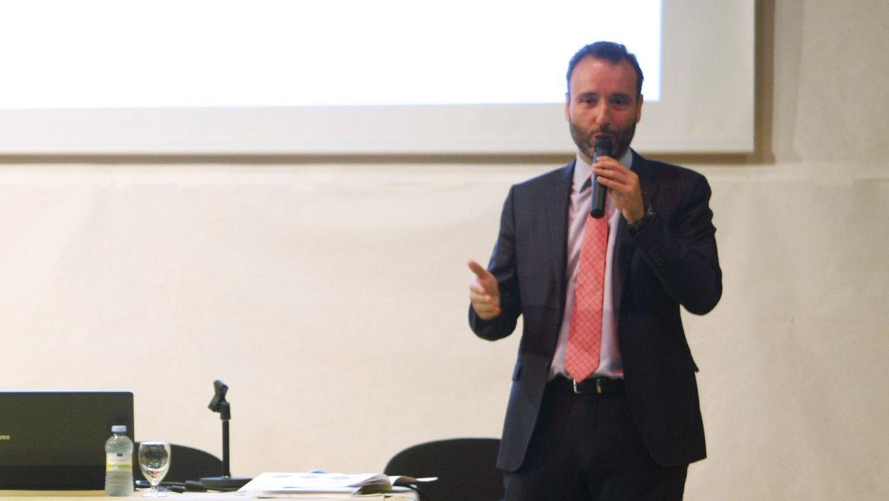 Roberto Outeiriño,a la izquierda, y el vicepresidente primero de la FISU (Federación Internacional de Deporte Universitario), Leonz Eder.