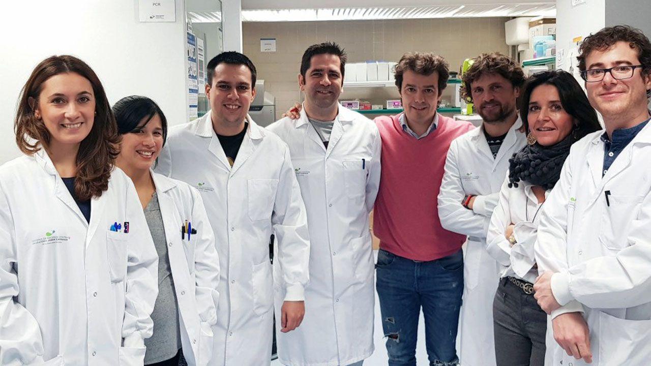 El investigador asturiano Pablo Menéndez, en el centro de la imagen, sin bata