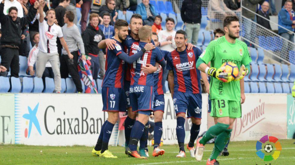 Los jugadores del Huesca celebran uno de los tantos logrados en El Alcoraz