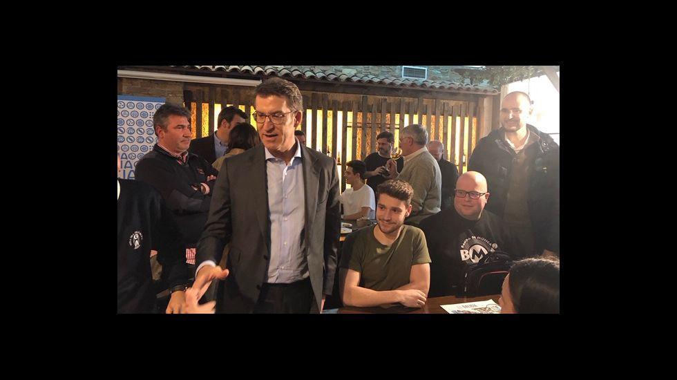 Gonzalo Caballero saluda al presidente de Bonilla a la Vista en un acto de precampaña celebrado este jueves en Arteixo.Feijoo esta mañana en un almuerzo en Lugo