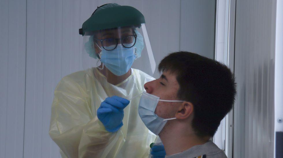 Casi nueve mil personas llamadas a vacunarse contra el covid en Pontevedra y Vilagarcía.Personas haciendo cola en el punto covid del Hospital Provincial de Pontevedra para hacerse una PCR.