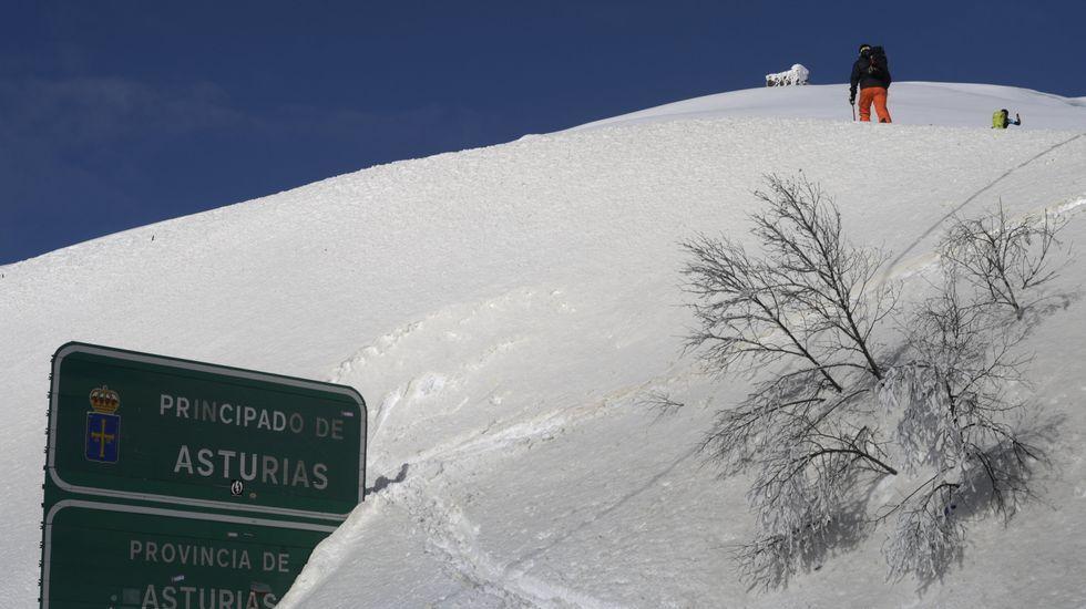 Un montañero camina entre la nieve en el límite de Asturias y León, en Pajares