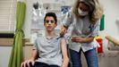 Un adolescente recibe la vacuna del covid en Israel