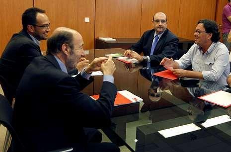 Rubalcaba se reunió ayer con los representantes sindicales de la función pública.