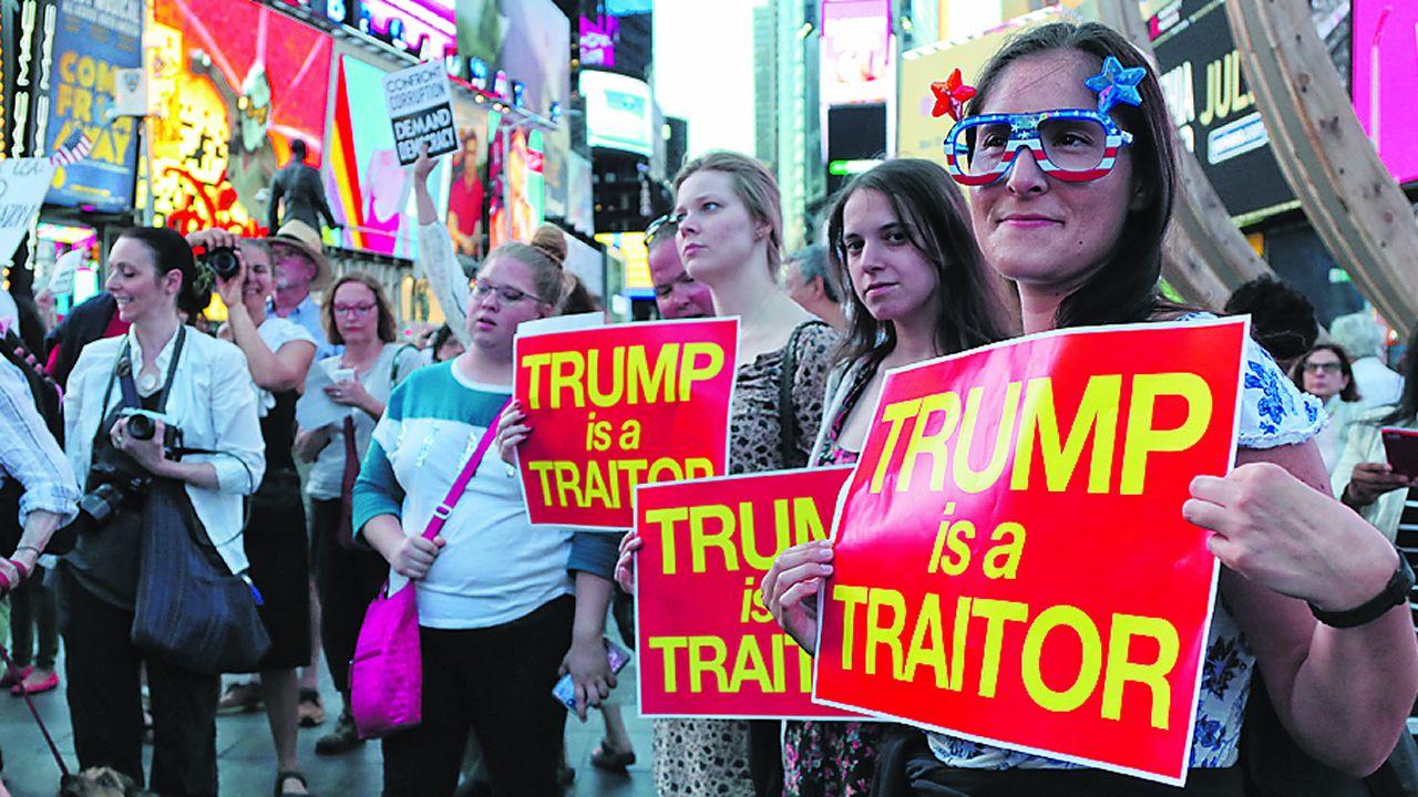 Trump saluda a un grupo de entusiastas en un mitin el martes en Florida