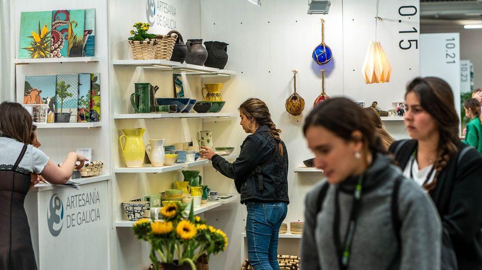 Puesto gallego en la feria de decoración de Londres, con tres jarras de Gundivós en las estanterías, bajo la marca de Artesanía de Galicia