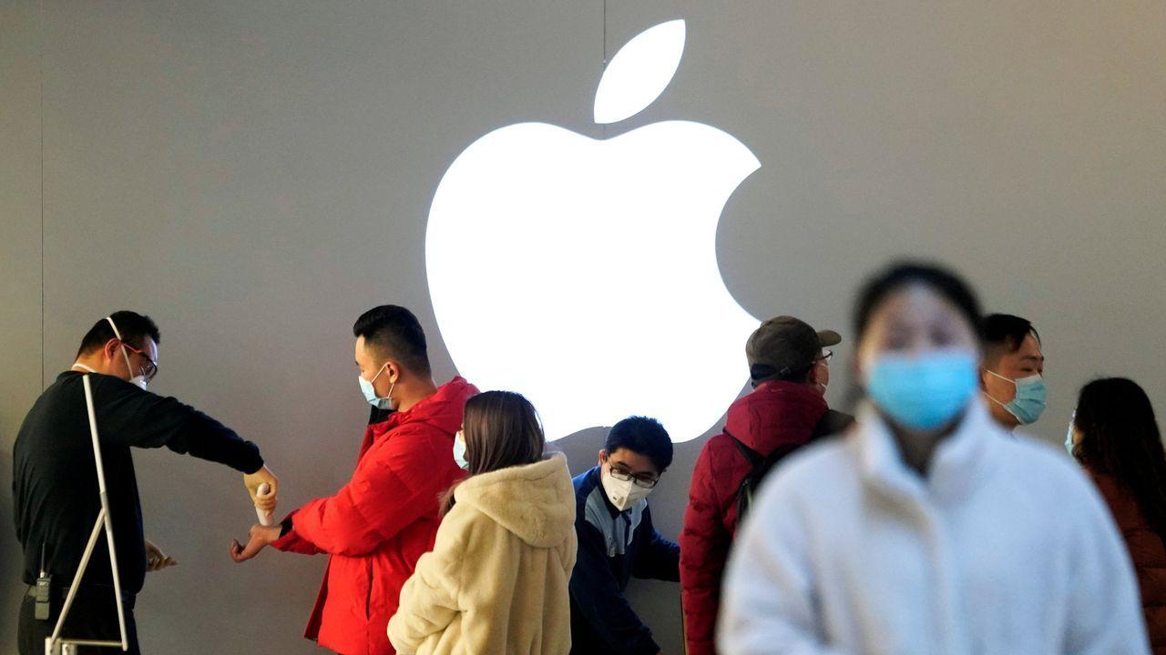 Usuarios con mascarillas en una tienda de Apple en China.
