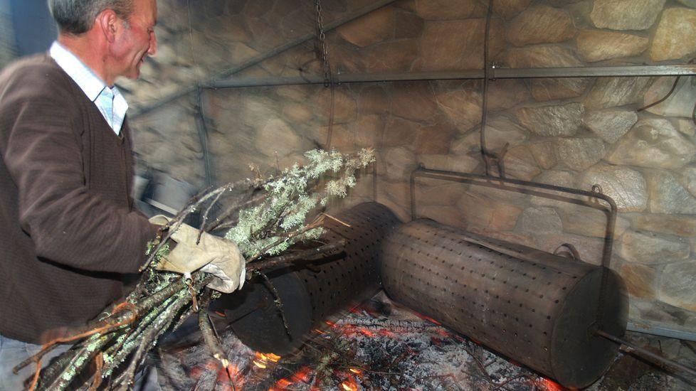 O Courel celebra su fiesta de la castaña en un año de escasez.Preparación de una pancetada en un magosto celebrado en el pabellón deportivo de Pantón, en una imagen de archivo