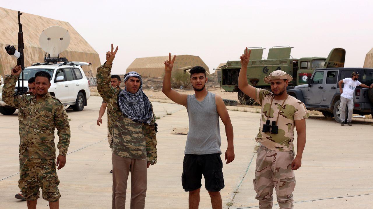 Milicianos del Gobierno de Trípoli celebran la conquista de la base aérea de Al Watiya