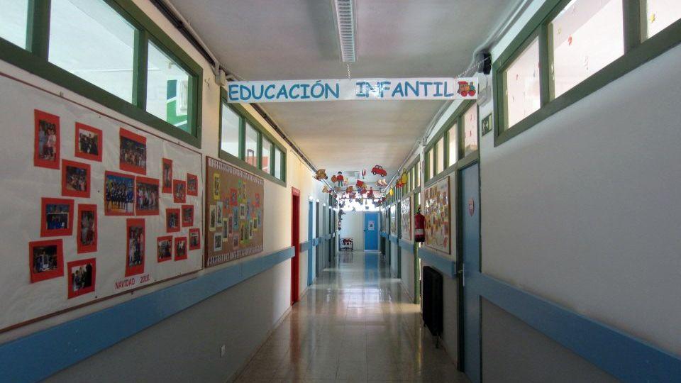 Un pasillo en el colegio de Latores