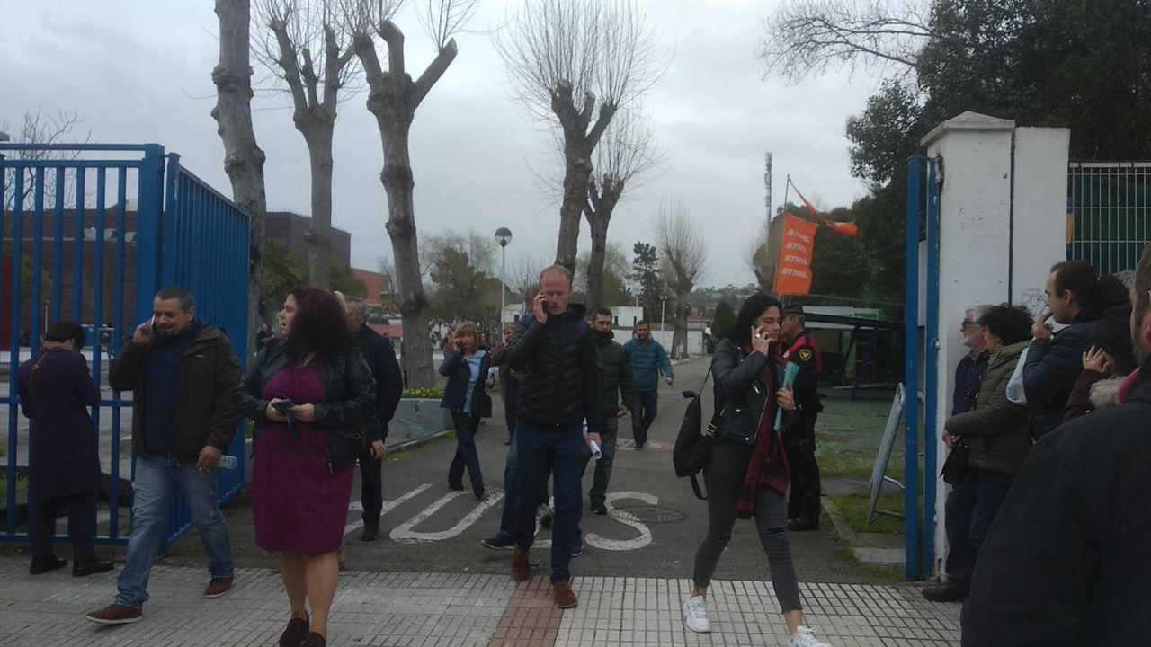 Los opositores salen del examen para conseguir una plaza de celador