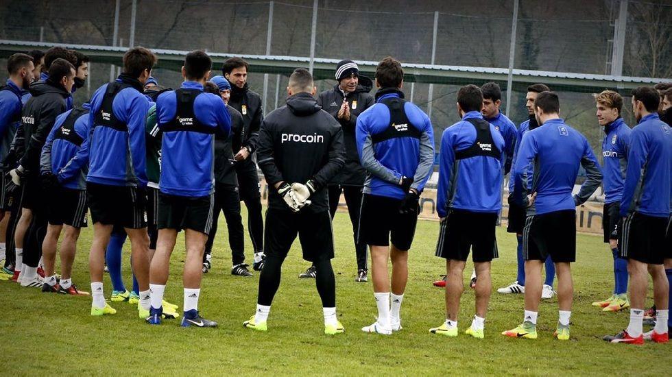 Michu Real Oviedo Nastic Carlos Tartiere.Hierro habla con sus jugadores durante un entrenamiento