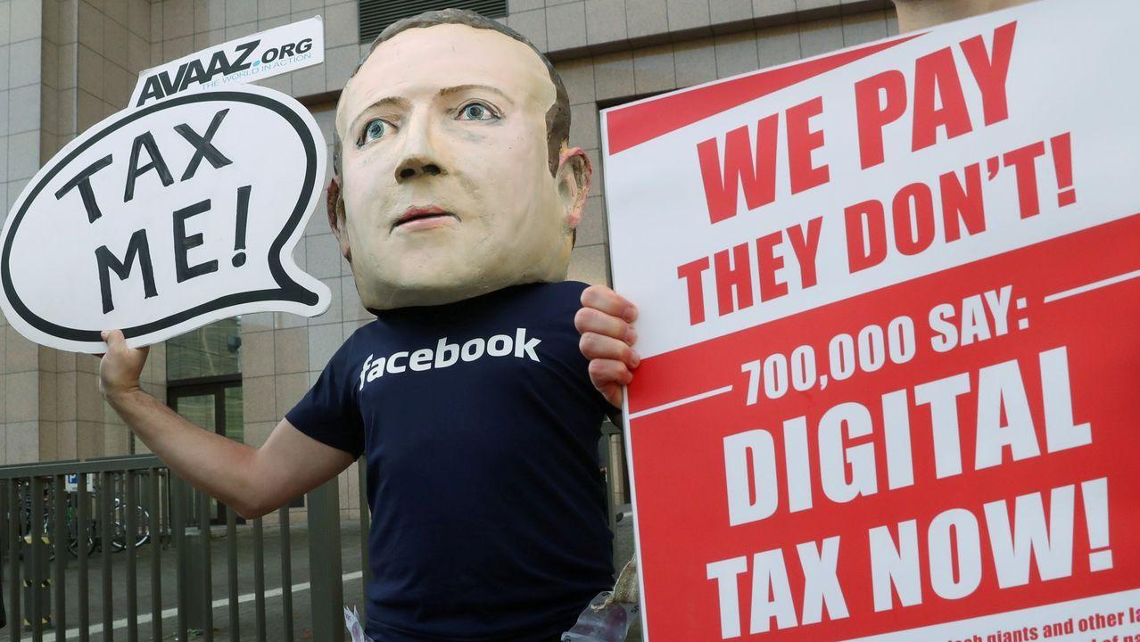 Un activista protesta en Bruselas por la falta de tributación de Facebook