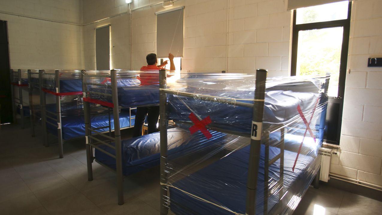 El covid-19 ha obligado a reducir la capacidad del albuergue de Neda, donde 18 de las 28 camas han sido precintadas, quedando operativas solo diez