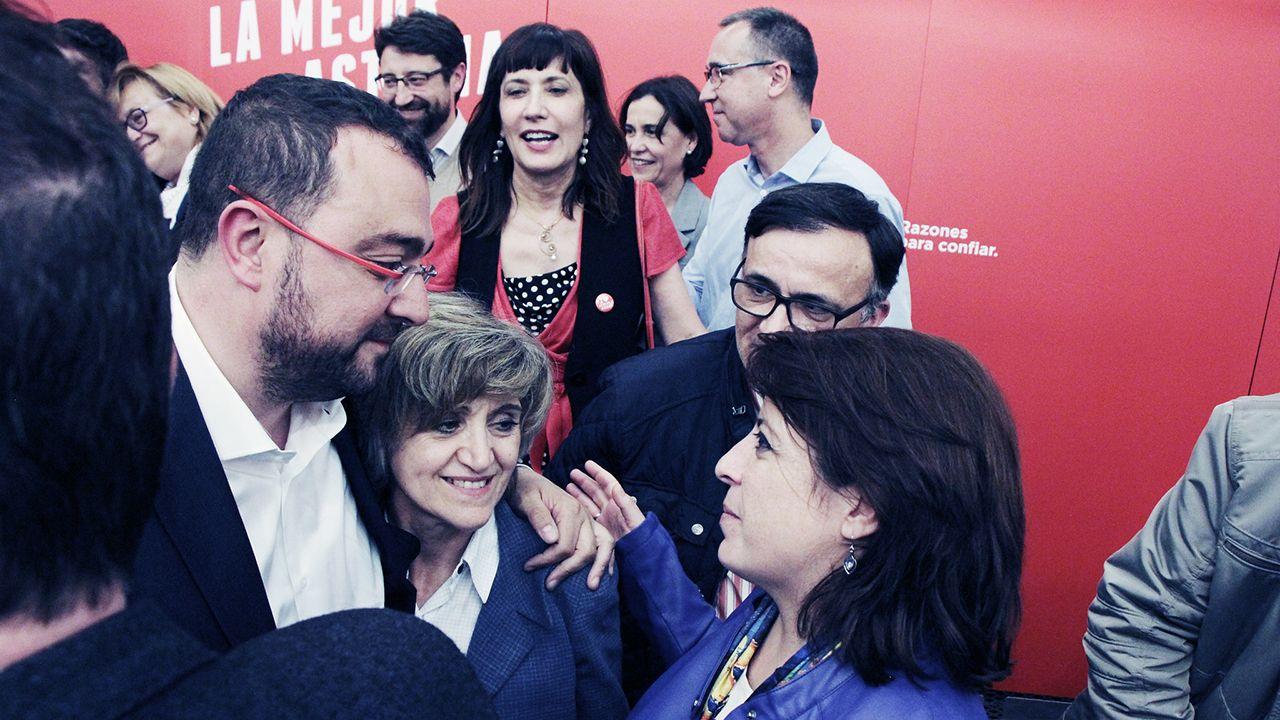 Así está la rúa de Betanzos.Adrián Barbón celebra la victoria electoral junto a Maria Luisa Carcedo y Adriana Lastra