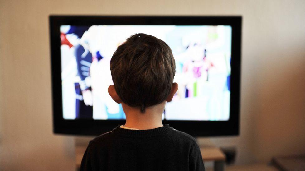 escuela infantil alumnos.Un niño ve la televisión