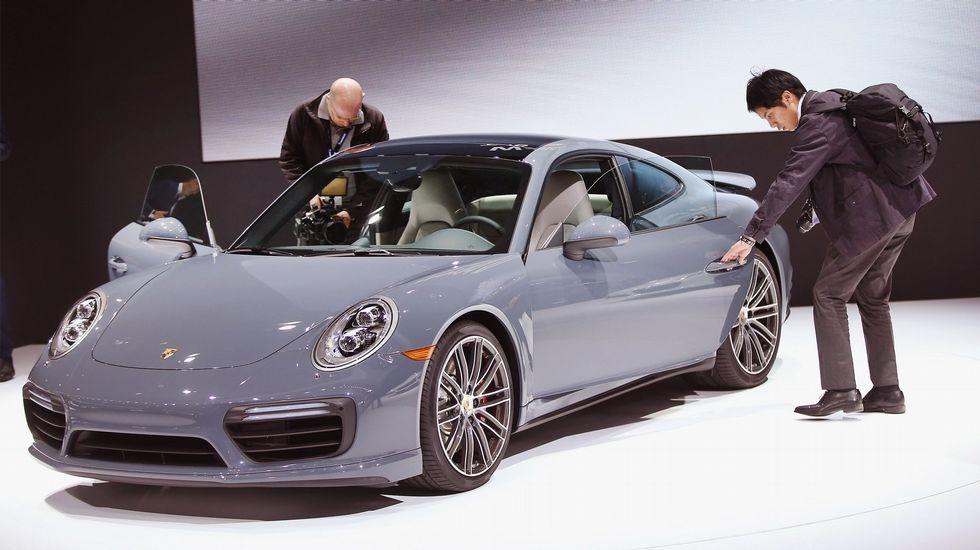 Porsche 911 Turbo. El último capricho que se ha dado Cristiano Ronaldo se presentaba en Detroit para el mercado americano, con versiones qeu incrementan su potencia en 20 caballos.