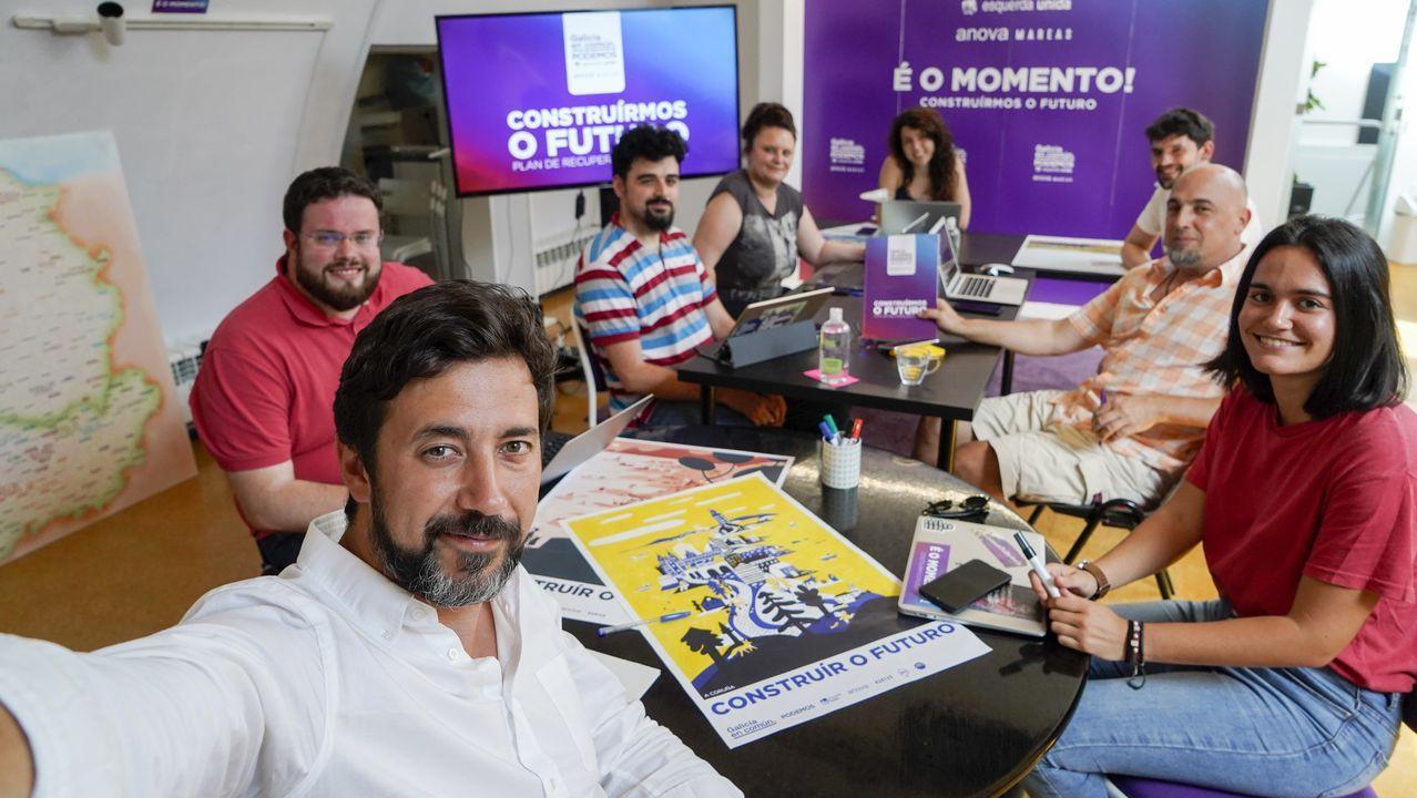O selfi do candidato: Gómez-Reino, facendo a foto coa xente que o acompaña estas semanas.